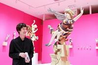 展示作品について語る彫刻家の飯沼英樹さん=2日、松本市の松本パルコ