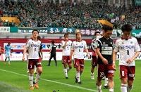 神戸に負けてJ2降格が決まり、大勢のサポーターを背に引き揚げる田中(3)ら松本山雅の選手たち