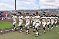 開会式で入場行進する選手たち=3日午前11時14分、松本市野球場