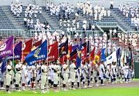 開会式でグラウンドに整列する出場校の主将たち。他の選手は入場行進後、スタンドから見守った=3日午前11時17分、松本市野球場