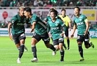 松本山雅―東京V 後半16分、勝ち越しゴールを決め名波監督のもとに駆け寄る松本山雅の阪野(左から2人目)