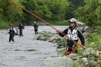 11年ぶりに解禁されたアユ釣りを楽しむ人たち=4日午前、福島県楢葉町の木戸川