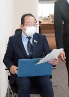 安曇野市議会総務環境委員会で、陳情の趣旨説明に臨む出井弁護士=2021年6月16日、同市役所内
