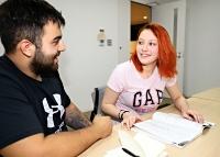 日系ブラジル人の恋人(左)が日本語の「先生」と話す下村アユミ・マルジョレさん。日本でも「きちんと学校に入って勉強したい」と思っている=2021年6月21日、上田市