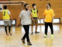 ともに汗を流して笑顔を見せるインドネシア人技能実習生と日本人参加者=2021年6月19日、箕輪町民体育館