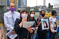 東京ゼネラルユニオンが開いた「緊急行動」で訴える奥貫さん(左から2人目)。ウィシュマさんの2人の妹も参加した=2021年5月30日、東京・新宿区