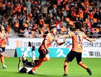 AC長野―岐阜 後半38分、決勝ゴールを決め、喜びベンチに駆けだすAC長野の坪川(中央)