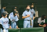 ベンチからチームメイトを鼓舞する清沢さん(右から3人目)
