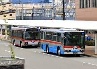 「東急バスカラー」に塗装した2台の長電バス=6日、長野駅
