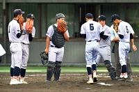 試合中、マウンドに集まる富士見高の選手たち