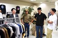 茅野駅ビルに設けた古着の無人販売コーナーに集まった4人