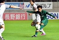 松本山雅―群馬 前半29分、松本山雅・工藤が先制ゴールを決める