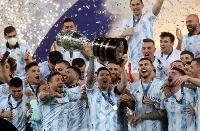 表彰式でトロフィーを掲げるメッシ(中央)をはじめ優勝を喜ぶアルゼンチンの選手ら=10日、リオデジャネイロ(ロイター=共同)