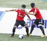 5人制サッカー日本代表の強化合宿で練習する主将の川村(左)=東京都葛飾区