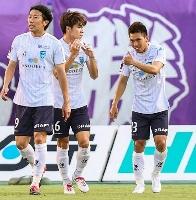広島―横浜FC 前半、先制ゴールを決めた横浜FC・小川(右)=Eスタ