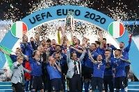 サッカーの欧州選手権を制し、トロフィーを掲げるイタリアの選手ら=11日、ロンドン(ゲッティ=共同)