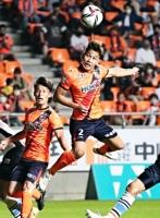 AC長野―YS横浜 後半28分、AC長野・喜岡がFKから頭で同点ゴールを決める