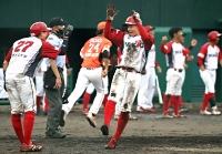 八回信濃2死二、三塁、山本の左中間二塁打で三走・会田(27)、二走岩田が生還して7-5と勝ち越す