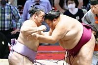 琴恵光(左)を攻める御嶽海。押し出しで下す