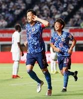 日本―ホンジュラス 前半、先制ゴールを決め駆けだす吉田(左)=ヨドコウ桜スタジアム