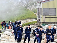 中ア駒ケ岳の山頂を目指して歩く飯島中の生徒たち=13日午前9時29分