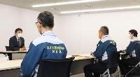 原子力規制委の検査チームの聞き取りに応じる東京電力の小早川智明社長(左奥)=13日午後、東京都千代田区(同委提供)