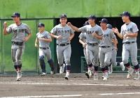 コールド勝ちで準々決勝進出を決め、笑顔を見せる佐久長聖ナイン=14日、上田県営球場