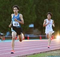 男子5000メートル 力走する三浦龍司。右奥は青木涼真=北見市東陵公園陸上競技場