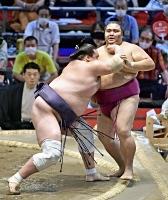 照ノ富士(左)に寄り切りで敗れた御嶽海。6勝5敗となった