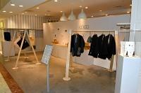 松本パルコが設けた無人の出店スペース。25日までフレックスジャパンの商品を展示している=16日