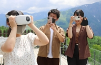 VRサービス開始に向けた準備で、ゴーグルを装着して体験する観光客ら=14日、白馬岩岳マウンテンリゾート