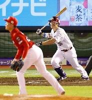 8回全パ1死一塁、島内が右翼線に勝ち越し二塁打を放つ。投手栗林=楽天生命パーク