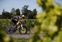 ツール・ド・フランス第20ステージで疾走するワウト・ファンアールト=17日、リブルヌ(ロイター=共同)