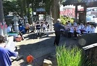 成就寺の境内で開かれた小林亜星さんをしのぶ合唱会=17日午後4時22分、小諸市