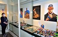漫画「仕掛人藤枝梅安」の原画やイラストが並ぶ展示室