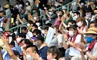 マスクを着用しながら拍手で選手の活躍をねぎらう高校野球ファンら