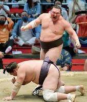 大相撲名古屋場所千秋楽、小手投げで照ノ富士を下し、雄たけびを上げる白鵬。7場所ぶり45度目の優勝を果たした=18日、名古屋市のドルフィンズアリーナ