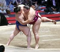 若隆景(左)に上手投げで敗れた御嶽海