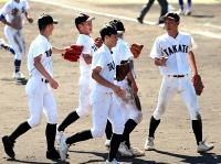 初の4強入りを決めスタンドにあいさつに向かう高遠高ナイン=18日、松本市野球場