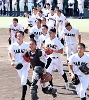 初の4強入りを決め、スタンドにあいさつに向かう高遠高ナイン=18日、松本市野球場