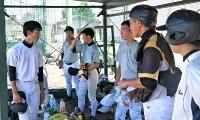 練習中にベンチでコミュニケーションを取る連合チームの選手たち