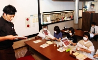 台風19号災害時にボランティアとして活動した宮腰さん(左)の思いを聴く清泉女学院大の学生たち