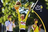 ツール・ド・フランスで総合2連覇を果たしたタデイ・ポガチャル=18日、パリ(ゲッティ=共同)