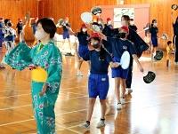 保護者と一緒に「松本ぼんぼん」を踊る6年生