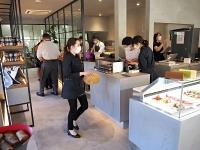 信州の食材を使ったジャムやスイーツなどが並ぶ「パティスリー・サダハル・アオキ・パリ アトリエ軽井沢店」