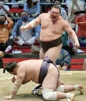 大相撲名古屋場所千秋楽、小手投げで照ノ富士を下し、雄たけびを上げる白鵬。7場所ぶり45度目の優勝を果たした=7月18日、名古屋市のドルフィンズアリーナ