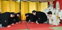 伝達式で口上を述べる、第73代横綱となった照ノ富士(右中央)。右奥は伊勢ケ浜親方=21日午前、東京都江東区の伊勢ケ浜部屋(代表撮影)