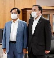 会談前に写真撮影に応じる東京電力の小林喜光会長(左)と梶山経産相=21日午前、東京都千代田区