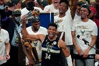 NBA制覇を果たし、トロフィーを掲げるバックスのヤニス・アデトクンボ=20日、ミルウォーキー(AP=共同)