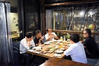 ビニールカーテンでテーブルを仕切っているモンゼンテラスエンヤ。小規模のグループが飲食を楽しむ=長野市